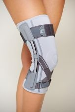 Knee joint brace with flexible splints and orthopaedic support